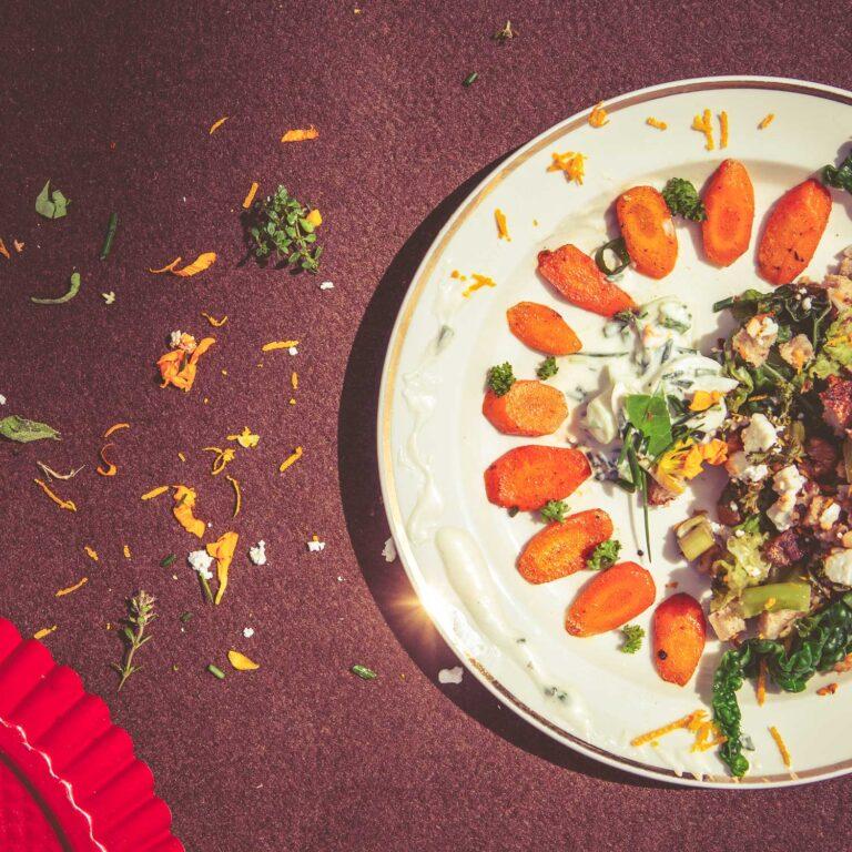 Wirsing-Walnuss-Auflauf mit Curry-Möhren und Joghurt-Dip