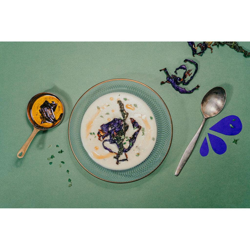 Kartoffel-Thymian-Suppe mit Steinpilzöl und knusprigen Kohlchips